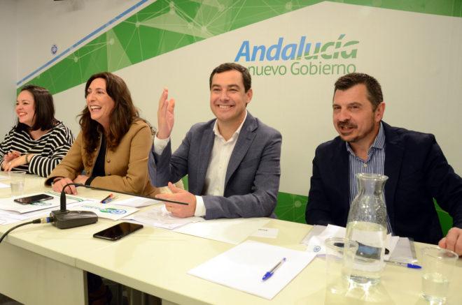 Moreno Bonilla, entre Dolores López y Toni Martín este sábado en Sevilla.