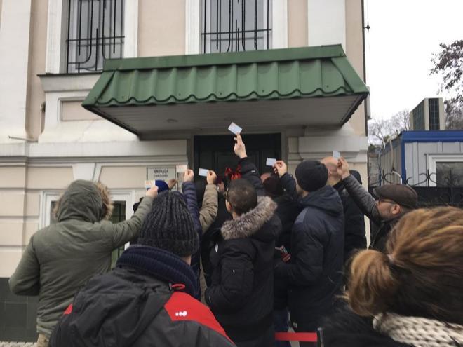 Protesta ante la embajada de España en Kiev (Ucrania) por padres que han tenido hijos por gestación subrogada.