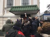 Protesta ante la embajada de España en Kiev (Ucrania) por padres que...