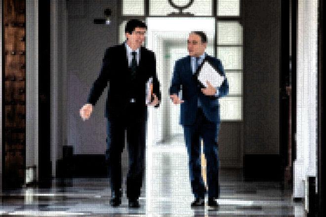 El vicepresidente, Juan Marín, y el consejero de la Presidencia, Elías Bendodo (en una imagen sometida a la técnica de la pixelación gráfica).