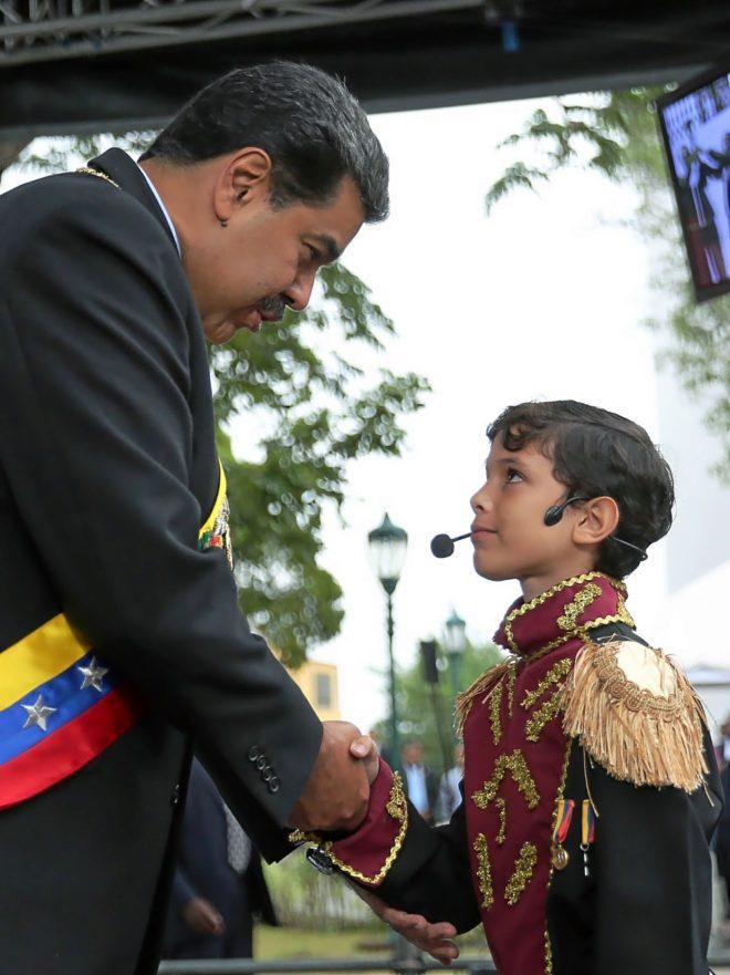 Nicolás Maduro saluda a un niño caracterizado como Simón Bolívar, en Ciudad Bolívar.