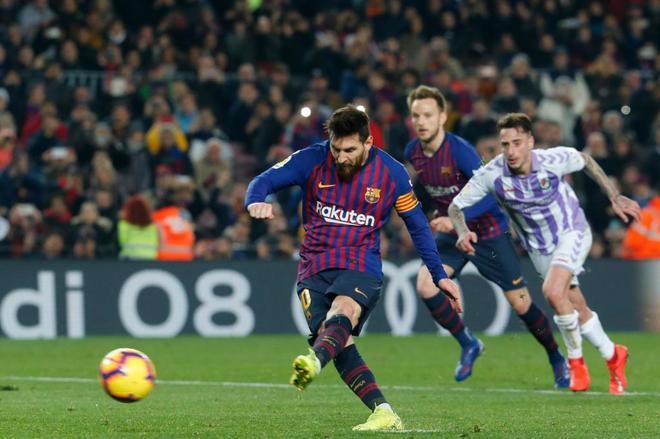 Leo Messi lanza uno de los dos penaltis que tuvo ante el Real Valladolid.