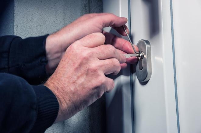 Un ladrón intenta forzar la puerta de una vivienda.