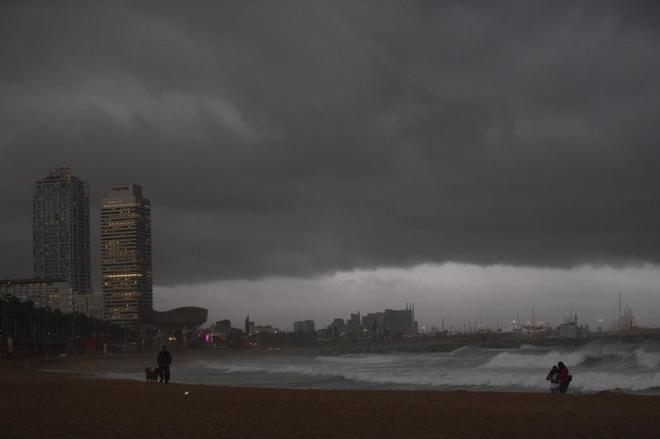 Vista de la playa de la Barceloneta, con la torre Mapfre al fondo.