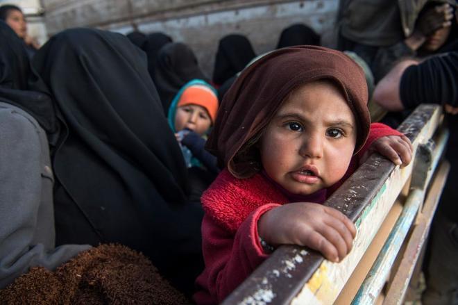 Mujeres y niños huyen del último bastión del Estado Islámico en Siria.