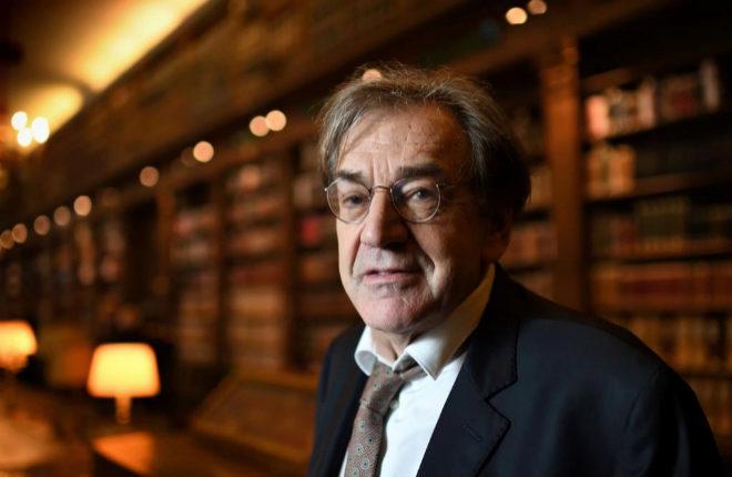 El filósofo Alain Finkielkraut en una fotografía de archivo de 2016 en la biblioteca de la Academia de Francia.