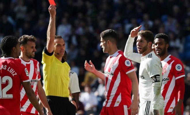Cuadra Fernández muestra la roja a Ramos en el Bernabéu.