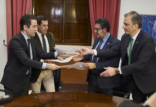 García Egea y Moreno, del PP, y Ortega Smith y Serrano, del PP, tras firmar el pacto.