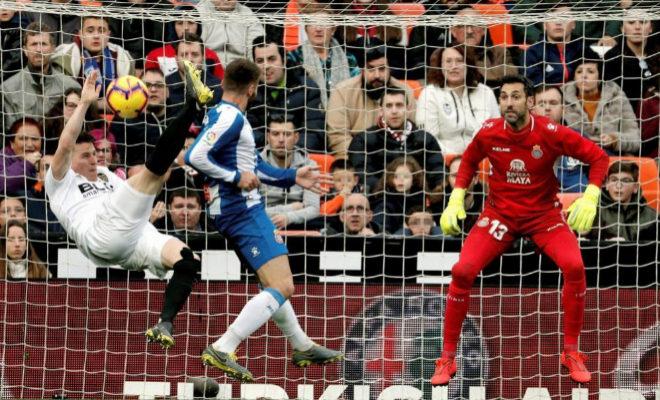Gameiro intenta un remate de chilena ante la mirada del portero del meta del Espanyol, Diego López, en Mestalla.