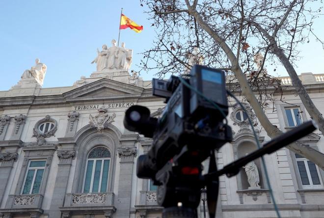 Una cámara de televisión situada frente a la fachada del Tribunal Supremo, donde se celebra el juicio del 1-O.