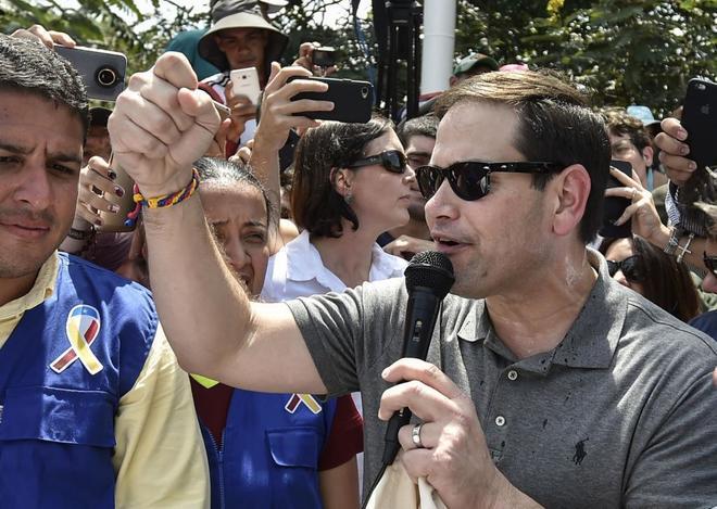 Marco Rubio se dirige a la prensa durante el 'desembarco' de la ayuda humanitaria, en Cucutá.
