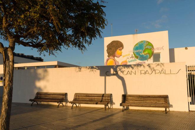 Fachada del colegio Can Raspalls de Ibiza.