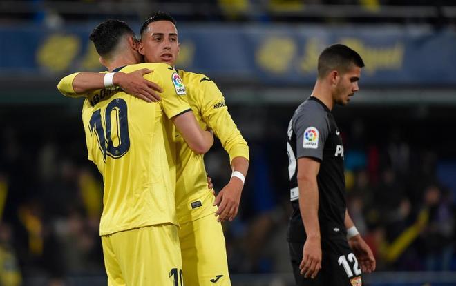 Iborra y Funes Mori celebran la victoria del Villarreal ant el Sevilla.