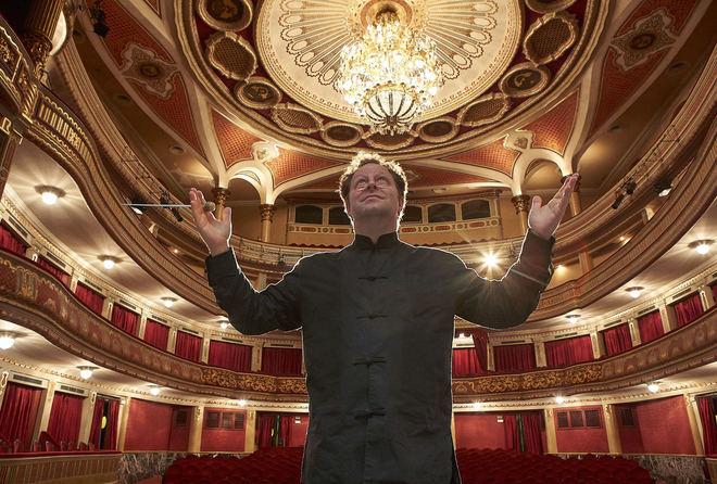 El director de orquesta John Axelrod, en el Teatro Lope de Vega de Sevilla donde estrenó recientemente 'Amadeus'.