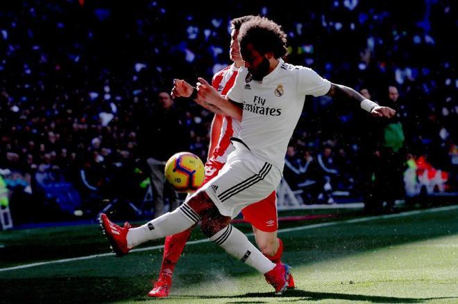 Marcelo disputa el balón con Pere Pons, durante el Real Madrid-Girona.