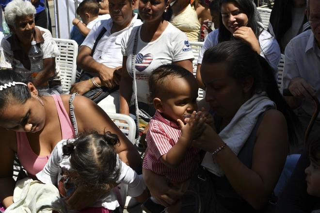 Ciudadanos esperan para recibir atención médica, en Macarao.