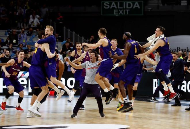 Los jugadores del Barcelona celebran su victoria en la final de la Copa del Rey.