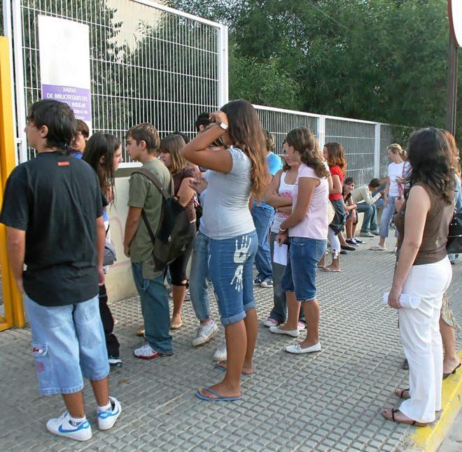 Alumnos a las puertas de un instituto de secundaria en la isla de Ibiza.