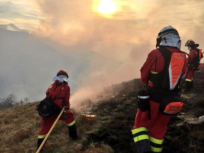 Efectivos de la UME trabajan en labores de extinción de los incendios  en la zona de Saja y Lamiña (Cantabria).