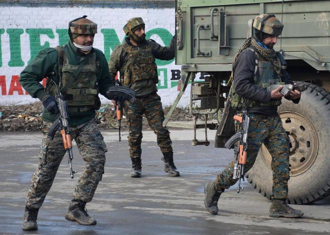 Soldados indios participan en una operación contra un presunto escondite rebelde en Pulwama (zona reivindicada por India y Pakistán).
