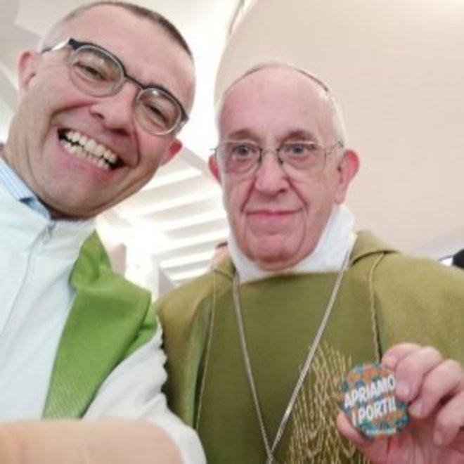 El Papa Francisco junto al párraco veneciano Nandino Capovilla.