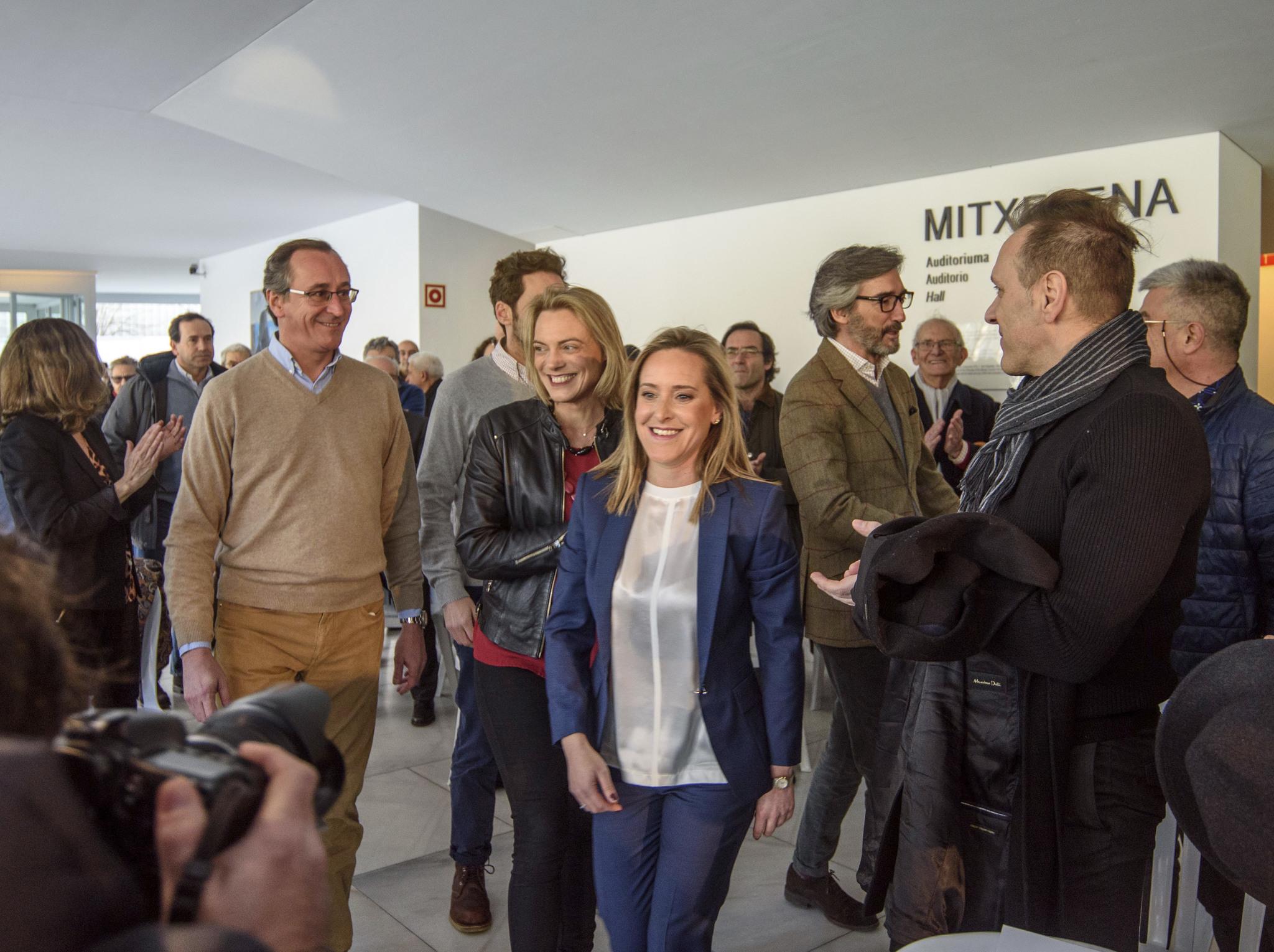 La secretaria general del PP vasco junto a miembros de su partido con Alfonso Alonso y Raquel González.