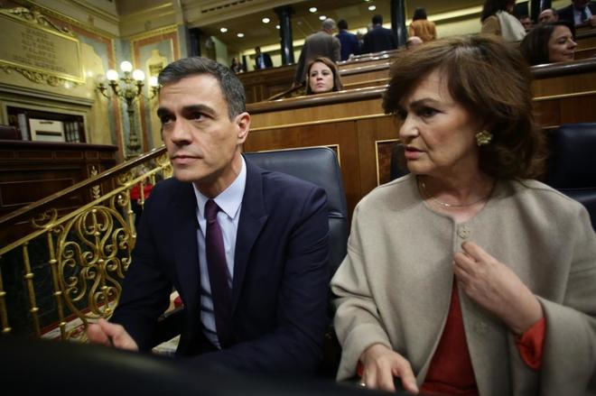 El presidente del Gobierno, Pedro Sánchez, y la vicepresidenta Carmen Calvo, en el Congreso.