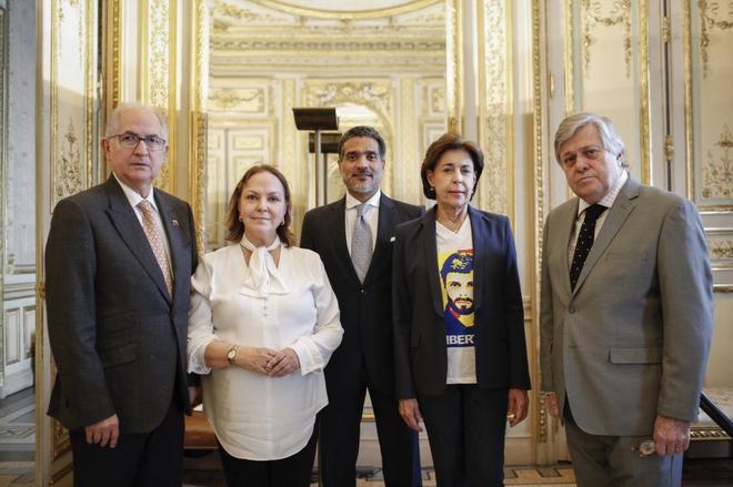 De izquierda a derecha, Antonio Ledezma, su mujer Mitzy Capriles, el abogado Juan Carlos Gutiérrez y los padres de Leopoldo López.