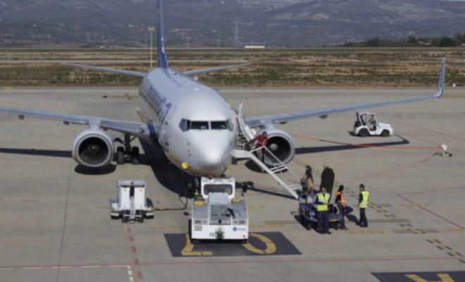 Los técnicos revisan uno de los aviones ubicados en el aeropuerto de Castellón.