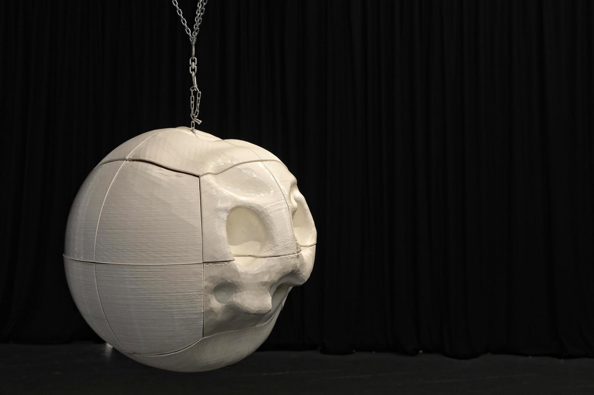 Ultimate Emoji es la obra de Albert Barqué-Duran: las facciones de esta esfera impresa en 3D la forman una mezcla de las impresiones que los visitantes se llevan del Disseny Hub