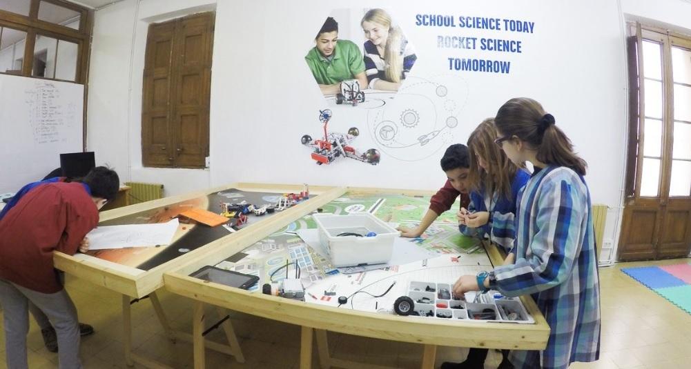 Un grupo de alumnos de la escuela l'Horitzó realiza uno de sus proyectos, en este caso de robótica