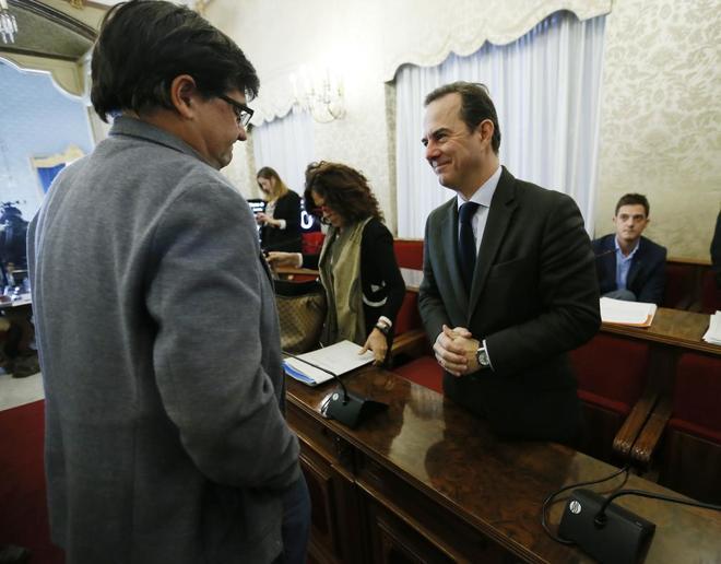 El portavoz de Guanyar, Miguel Ángel Pavón, y el edil de Hacienda, Carlos Castillo, en un pleno.
