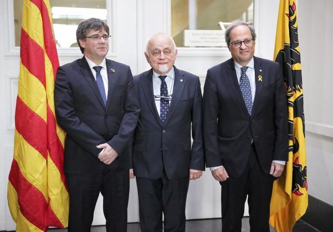 En el centro, el presidente del Parlamento de Flandes, Jan Peumans, entre Quim Torra y Carles Puigdemont.
