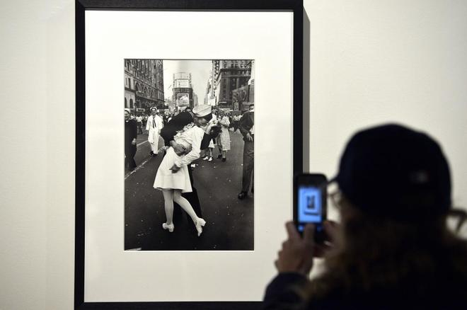 Una persona toma una fotografía de la foto de Times Square durante una exposición en 2013.