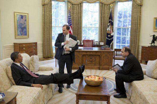 El consejero adjunto de Seguridad, Ben Rhodes, habla con Obama.