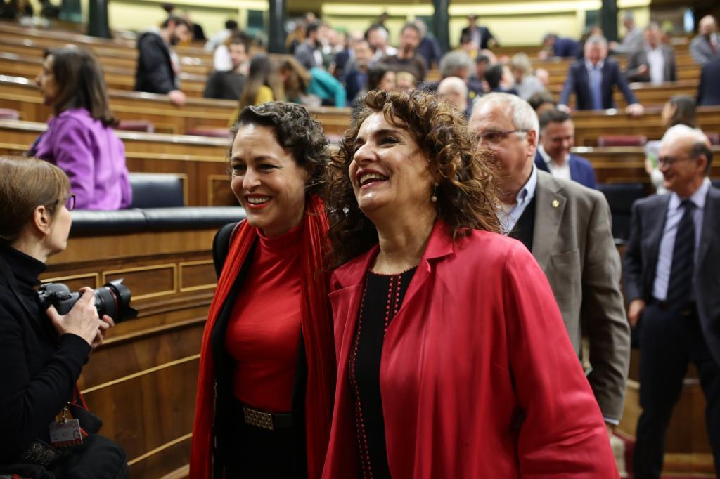 Las ministras de Hacienda, Maria Jesus Montero, y de Trabajo, <HIT>Magdalena</HIT> <HIT>Valerio</HIT> el 12 de febrero en el Congreso de los Diputados. Foto: Antonio Heredia