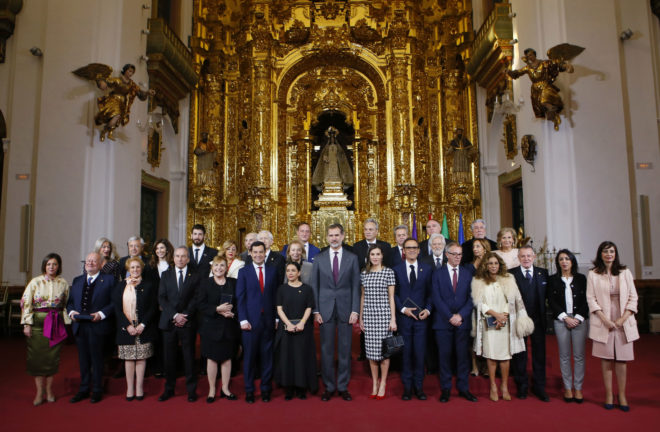 Foto de famflia de los galardonados junto a los Reyes, el ministro de Cultura y el presidente de la Junta.