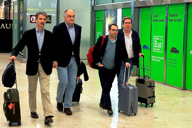 La delegación, encabezada por Esteban González Pons, a su llegada al aeropuerto de Madrid.