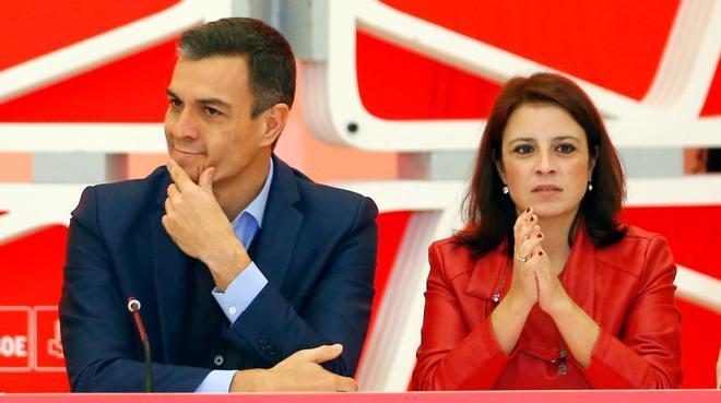 Pedro Sánchez y Adriana Lastra, ayer, en la reunión de la dirección del PSOE.