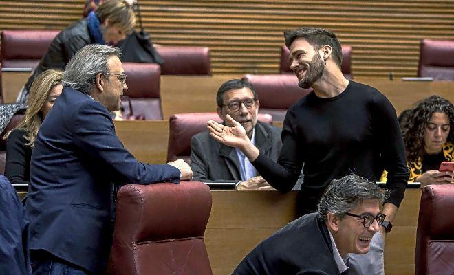 Los portavoces del PSPV, Manolo Mata, y de Compromís, Fran Ferri, charlan en las Cortes Valencianas.