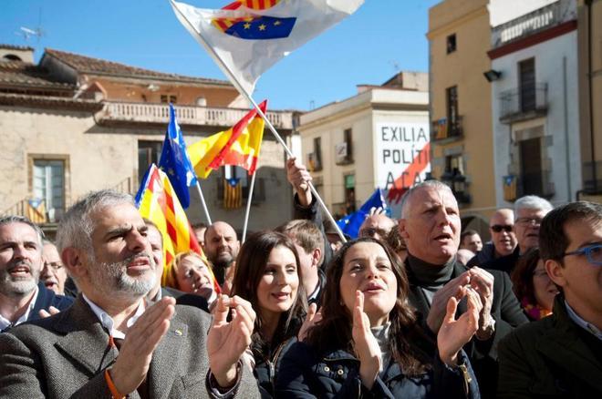 La líder de Ciudadanos en Cataluña, Inés Arrimadas (c), junto a miembros del grupo parlamentario de Cs y los cargos electos de la formación en Girona, durante su visita este sábado a <HIT>Amer</HIT>