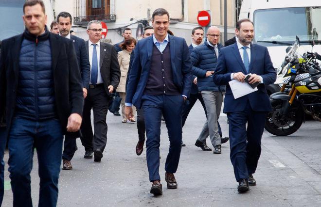 Pedro Sánchez con Ábalos, ayer, a su llegada a la Ejecutiva del PSOE.