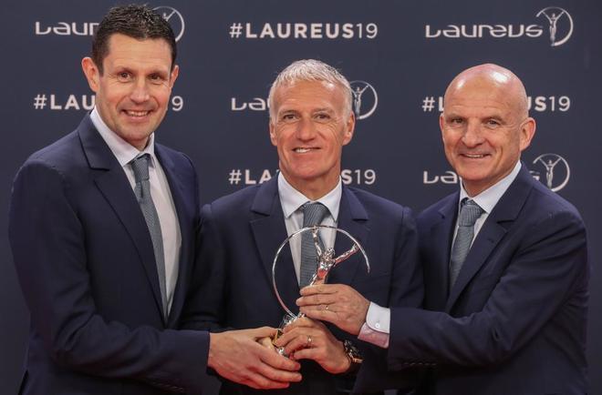 El seleccionador francés, Didier Deschamps, y sus asistentes posan con el Laureus al mejor equipo.