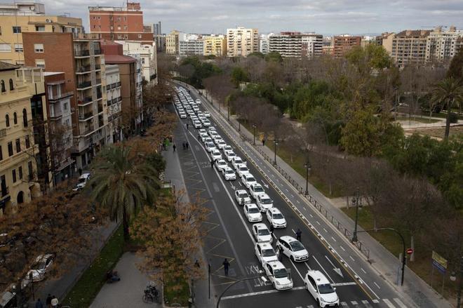 Fomento y las CCAA se reúnen hoy para hablar del conflicto del taxi y las VTC