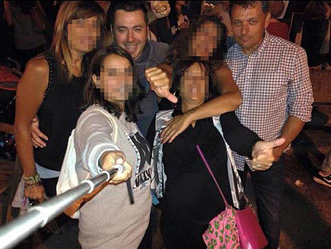 El detenido, Pedro L. N. (izqda.), abraza a su mujer (a su derecha), en una imagen junto al asesinado Javier Ardines.