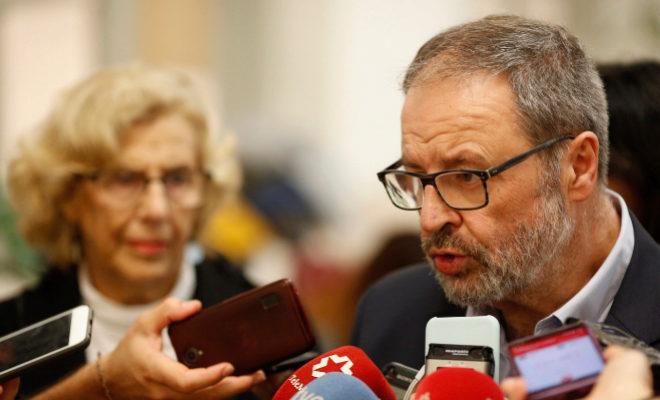 Javier Barbero comparece a los medios ante la mirada de Manuela Carmena.