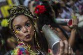 Una mujer participa en una comparsa de carnaval en Río de Janeiro