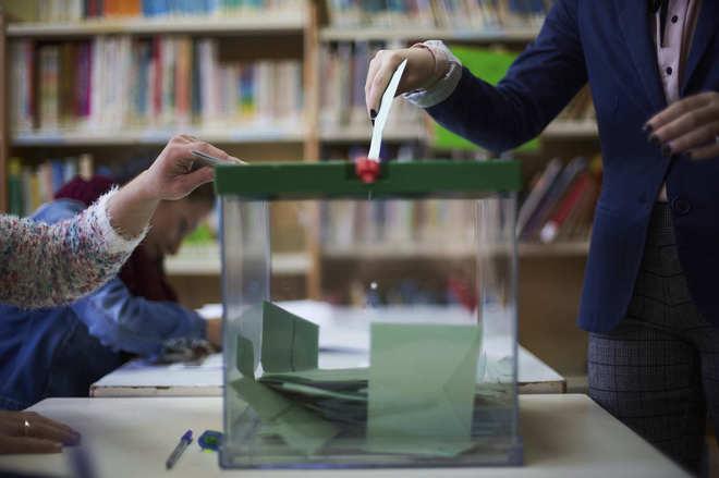 Votación en un colegio electoral de Sevilla durante las elecciones del pasado 2 de diciembre.