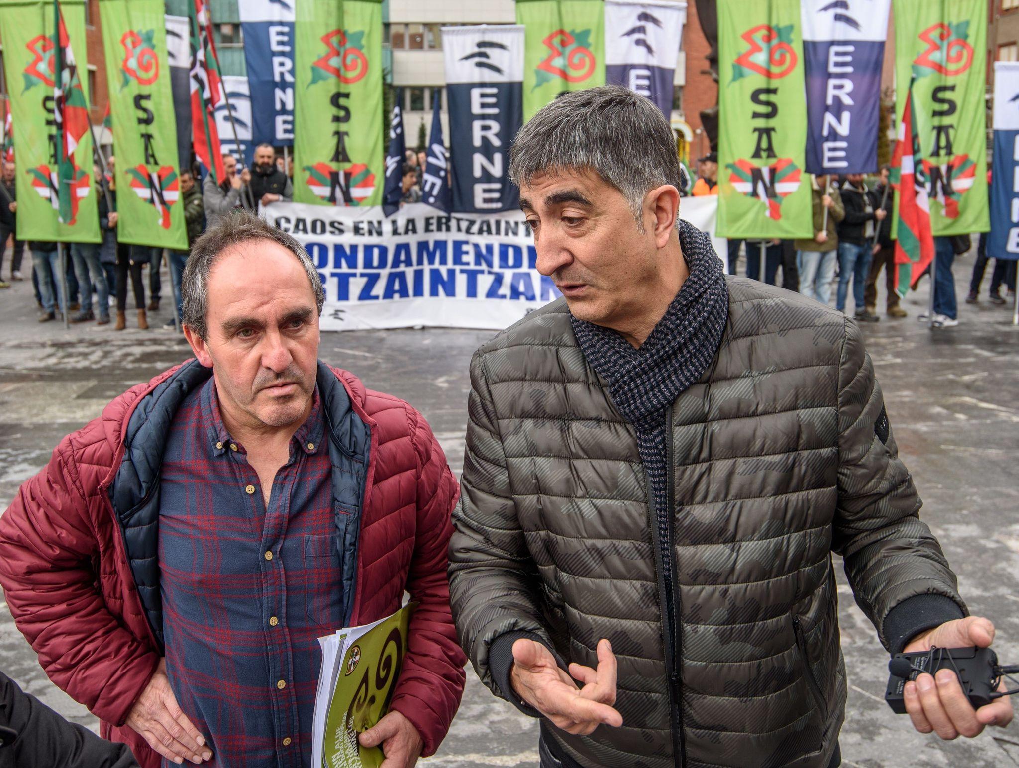 Eneko Urkijo (Esan) junto a Roberto Seijo (ErNE) esta mañana en la concentración policial en Sestao.