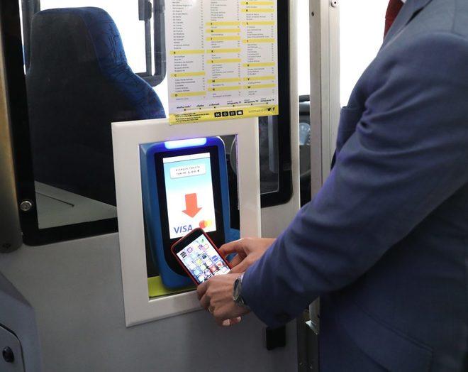 Un usuario paga con el móvil en un autobús de la EMT.